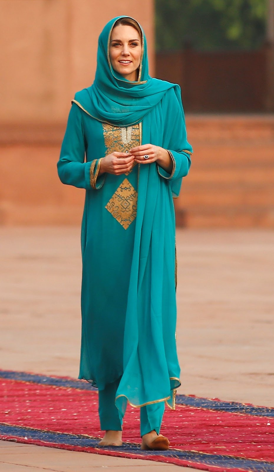 The Duchess of Cambridge impresses in teal as she visits Lahore's Badshahi Mosque