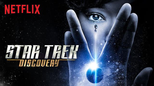leemos Netflix en rojo, y en plata y dorado el nombre de la serie, vemos una mano realizando el saludo y un ojo transparentes sobre el espacio, un planeta y la nave
