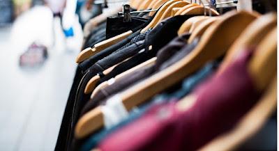 Kläder på rad på klädställning