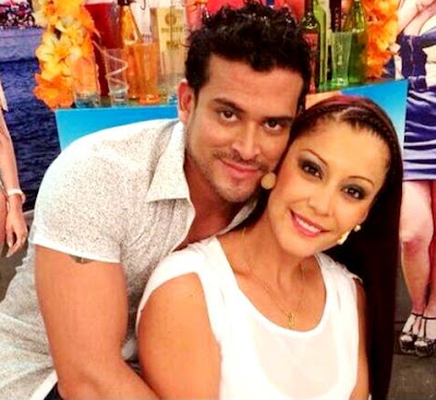 Foto de Christian Domínguez junto a la madre de su hijo
