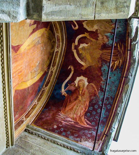 Afresco pré-renascentista sobre uma das portas da  Igreja de São Francisco