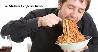 Makan Tergesa Gesa harus dihindari saat berbuka puasa