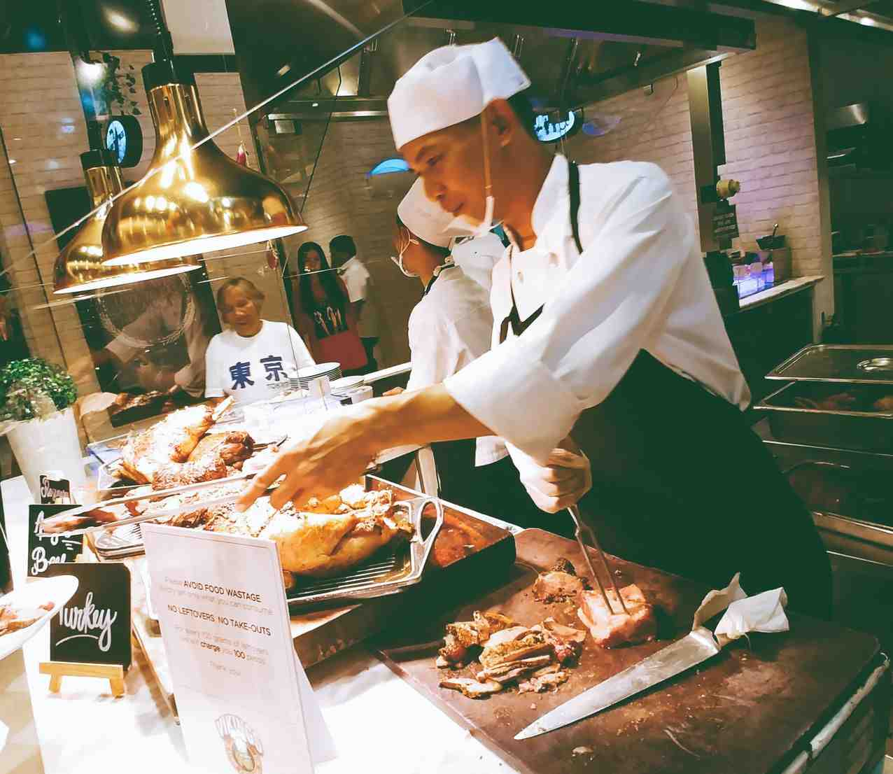 Vikings Luxury Buffet: chef preparing meats