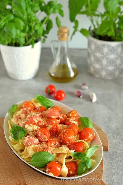Pieczona feta z pomidorkami koktajlowymi do makaronu