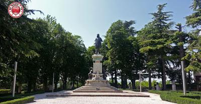Urbino - Monumento a Rafael