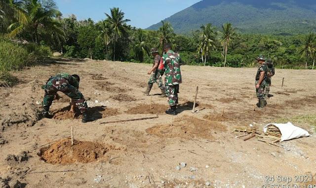 Danramil 01/Ranai Memimpin Gotong Royong Menanam Singkong dan Jagung di Lahan Pemakaman Khusus Covid-19