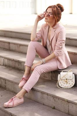 Look rosa pastel blazer e tênis