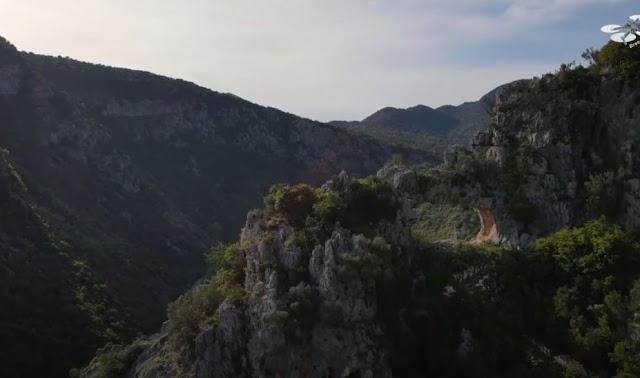 Τρύπα του Αη Γιώργη: Το εκπληκτικό μνημείο της φύσης και ο μύθος του φτερωτού αλόγου από ψηλά