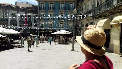 pessoa olhando as fachadas do Porto