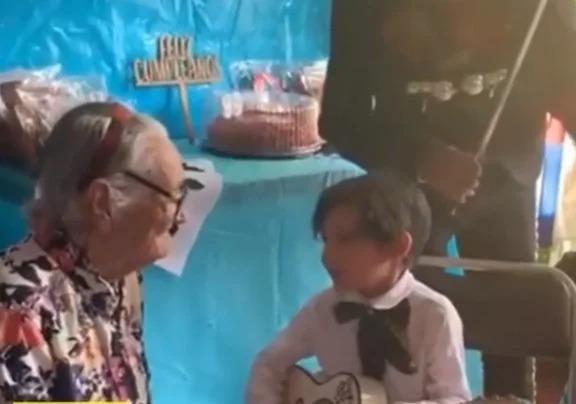 Varoncito alfa le lleva serenata a su bisabuelita y le canta 'Recuérdame' de 'Coco'