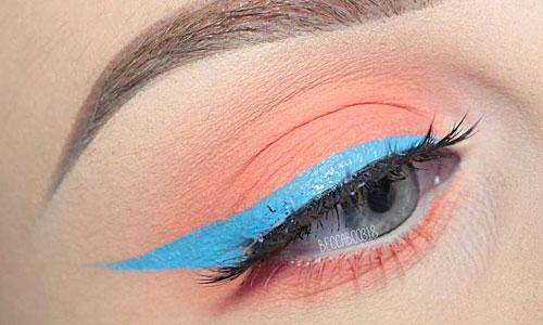 Delineado de ojos en azul claro con sombra de ojos naranja