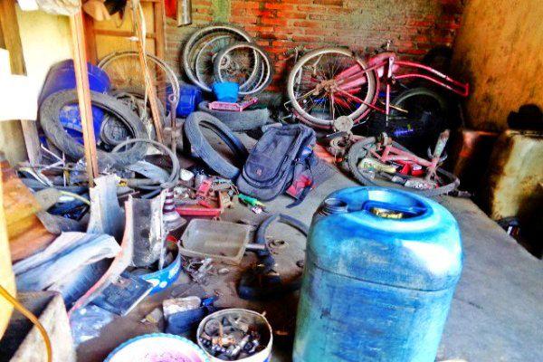 Gambar Bengkel Sepeda Motor Berantakan