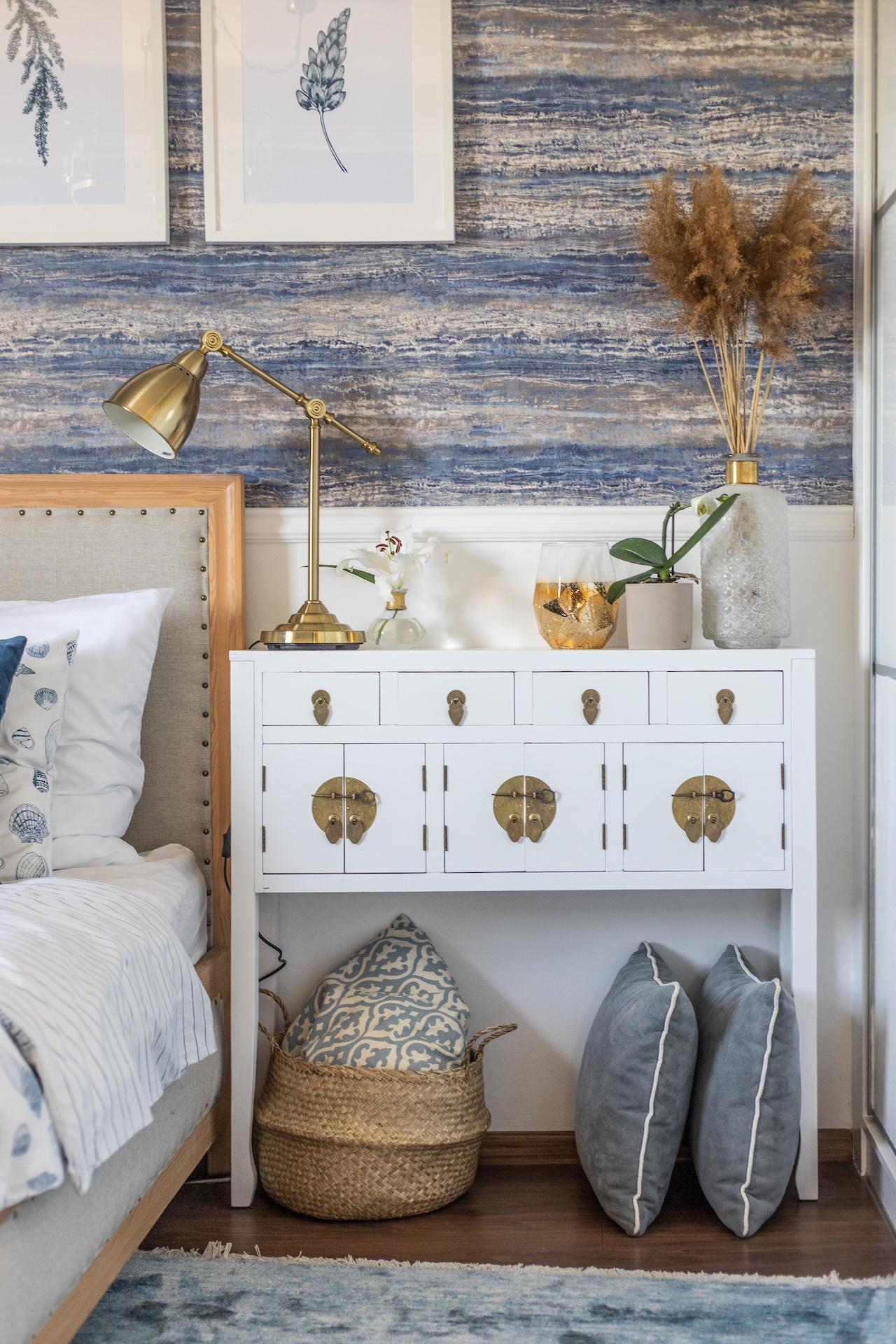 sypialnia w stylu Hamptons - złote dodatki