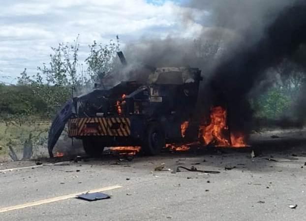 Assaltantes explodem carro forte em Petrolina