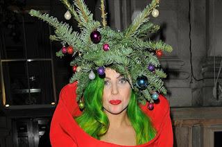 Леди Гага в костюме новогодней елки