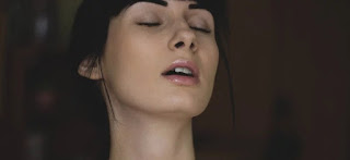 Cara Melembapkan Bibir Kering dengan Bubuk Kopi