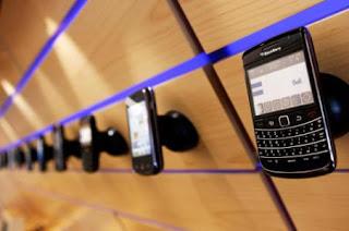 Antes de comprar, o después de vender, un smartphone BlackBerry® de segunda mano, hay pasos importantes que se deben tomar para asegurarse de que la información personal está a salvo y el smartphone BlackBerry funcionará correctamente para el comprador. Los siguientes procedimientos indican los pasos necesarios que se deben tomar antes de vender o después de comprar un smartphone BlackBerry de segunda mano. Vender un smartphone BlackBerry Si el smartphone BlackBerry dispone de una dirección de correo electrónico BlackBerry.net integrada, esta dirección se puede asociar con una base de datos de copia de seguridad y restauración remota de BlackBerry Messenger.