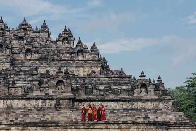Đối lập với màn đêm huyền bí ở Prambanan là khung cảnh bình minh thơ mộng ở Borobudur - ngôi đền Phật giáo lớn nhất thế giới. Hành trình leo 100 bậc thang dốc đứng để lên tới đỉnh đền khi mặt trời chưa ló rạng, cùng chi phí khoảng 450.000 Rupiah (hơn 700.000 đồng), sẽ được đền đáp xứng đáng khi bạn đứng giữa những bức phù điêu cổ kính, tôn nghiêm, lấp lánh nắng vàng.