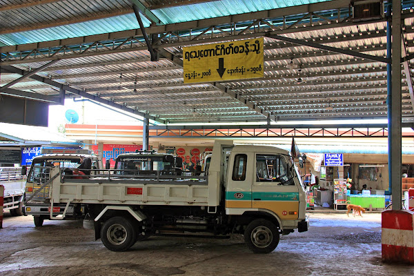 Estacion de autobuses de Kyaiktiyo - roca dorada de Myanmar
