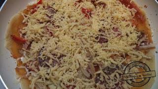 Pizza z patelni bez drożdży mozzarella oregano bez pieczenia mechanik w kuchni