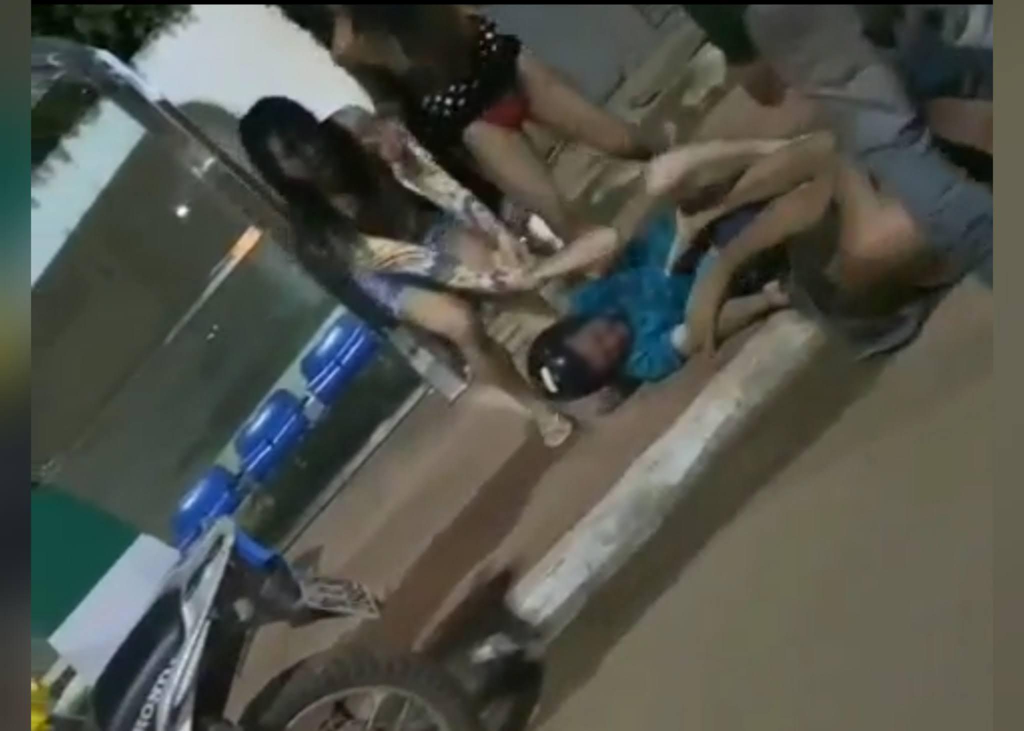 Briga entre travesti e cliente acaba em pancadaria em Canaã dos Carajás.  https://www.portalpebao.com.br/2021/04/briga-entre-travesti-e-cliente-acaba-em.html?m=1