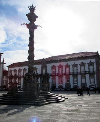 Pelourinho da Sé do Porto e fachada do Paço Episcopal