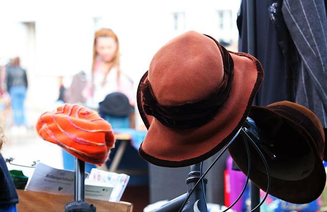 Jesiennie i modnie z kapeluszami typu bucket hat