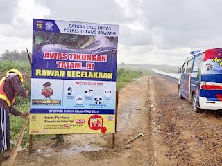 Satlantas Polres Tulang Bawang Pasang Dua Banner Imbauan di Jalan Lintas PT BNIL