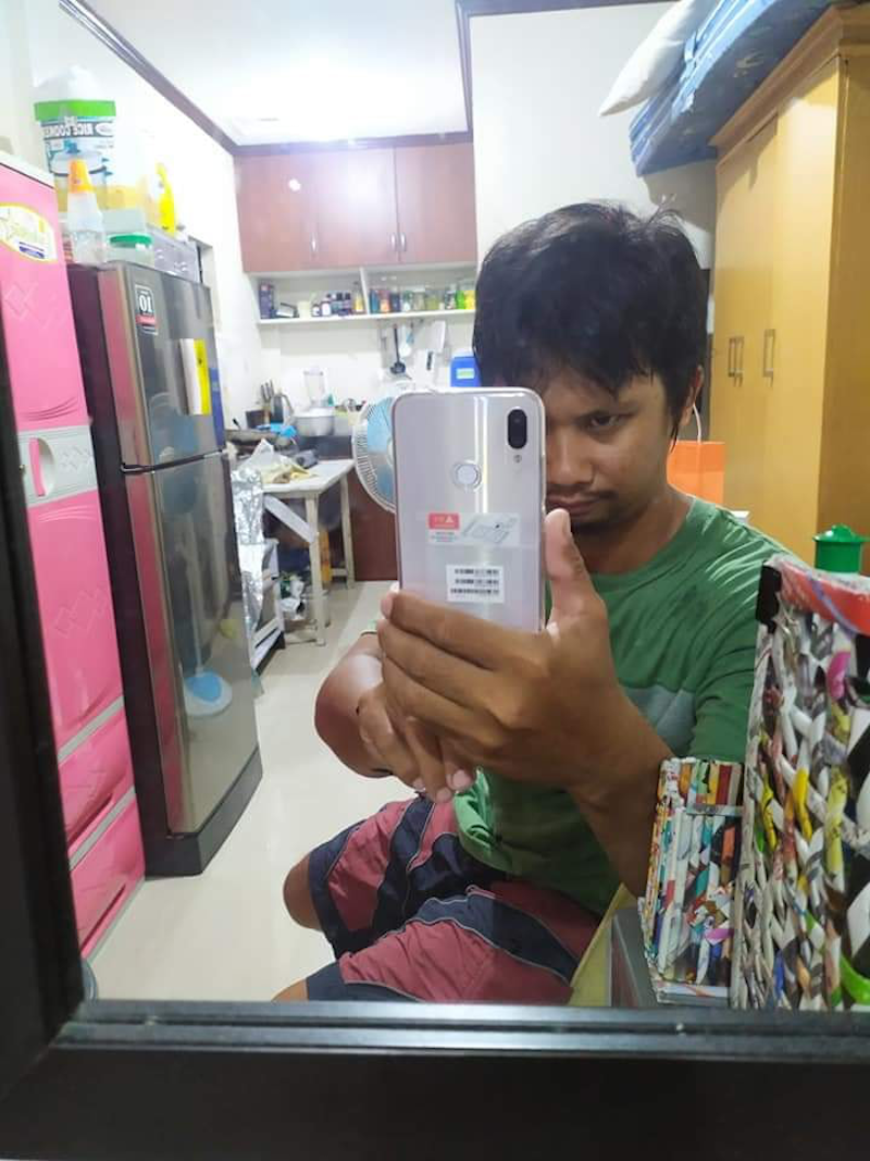 Tricycle driver inspires netizens by using all of his 'ipon' coins to buy a new Redmi Note 7 128GB variant