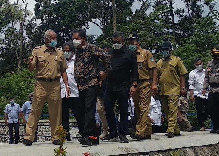 Menteri Kelautan dan Perikanan Indonesia dan Bupati Sleman Tebar Benih Ikan