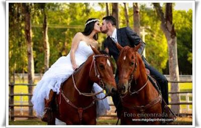 Lindo casal,cada um em seu cavalo, se beijando, num clima romântico.