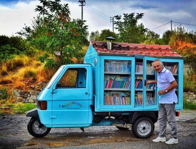 Μετέτρεψε τρίτροχο σε κινητή βιβλιοθήκη και έκανε τα παιδιά στα χωριά να λατρέψουν τα βιβλία