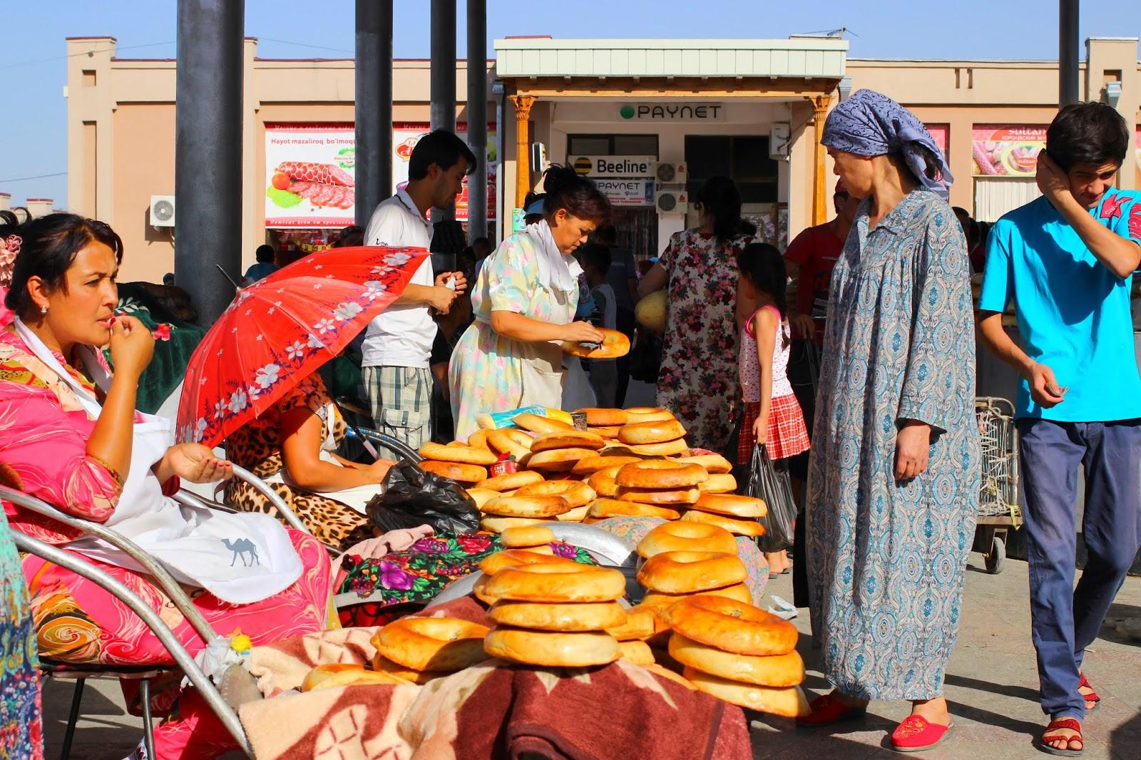 Le Chameau Bleu - Vendeuse de pain au bazar de Samarcande - Ouzbékistan
