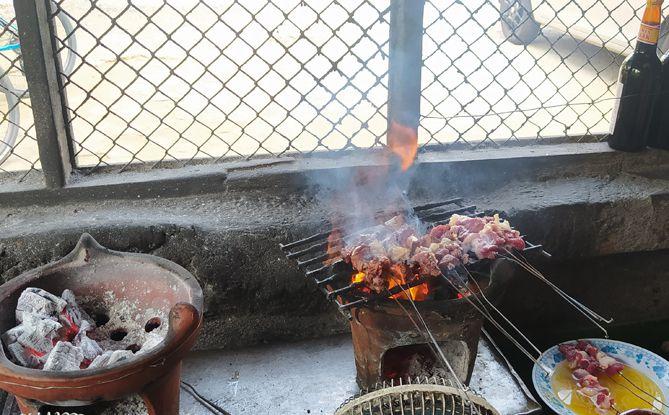 Kepulan asap pembakaran sate