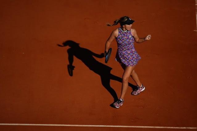 Atual vice-campeã, Sofia Kenin começou com vitória em Roland Garros