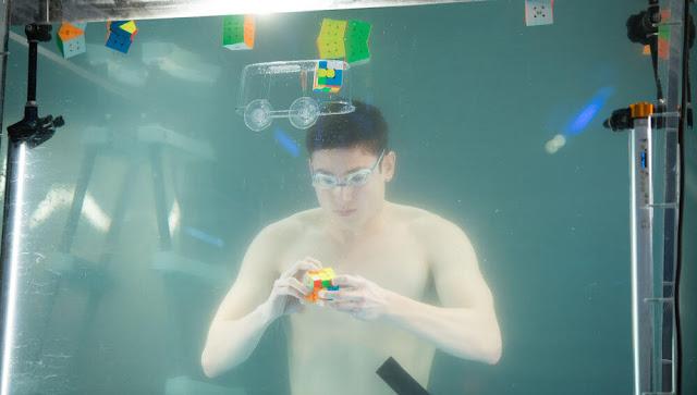 Kevin Hays rekor dunia menyelesaikan 10 kubus rubik 3x3x3 di dalam air
