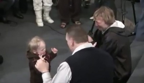 Un pasteur guérit un bébé sourd et paralysé par le nom de Jésus.