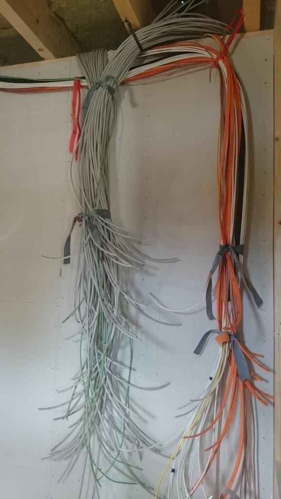 kabel in wand verlegen kabel richtig verlegen von der blanken wand bis zur kabel an der wand. Black Bedroom Furniture Sets. Home Design Ideas