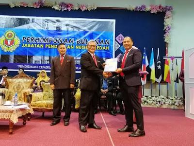 Anugerah Best Trendsetter Award yang diperolehi semasa #IUCEL2019 di UNIMAS bulan lalu oleh tuan Pengarah sendiri, Cikgu Abd Aziz bin Selaiman