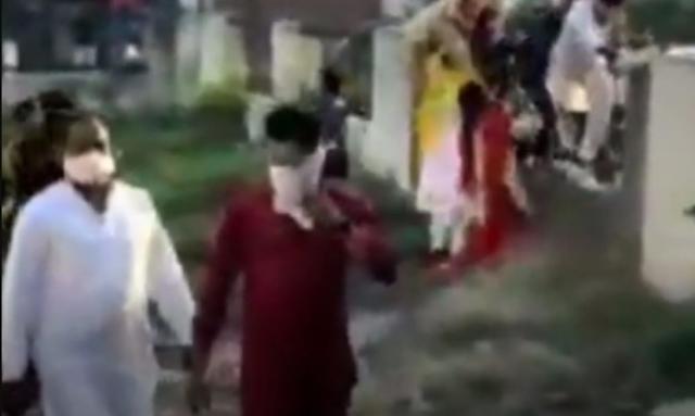 शादी में अचानक पुलिस के आते ही दूल्हा और दुल्हन दीवार कूद कर भाग गए