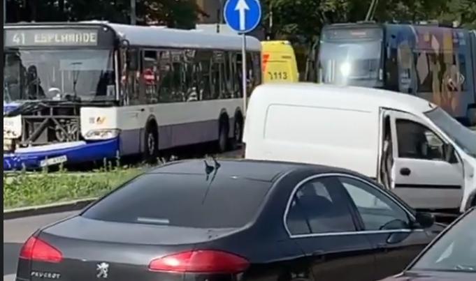Satiksmes autobusa un vieglā auto avārija Jūrmalas gatvē
