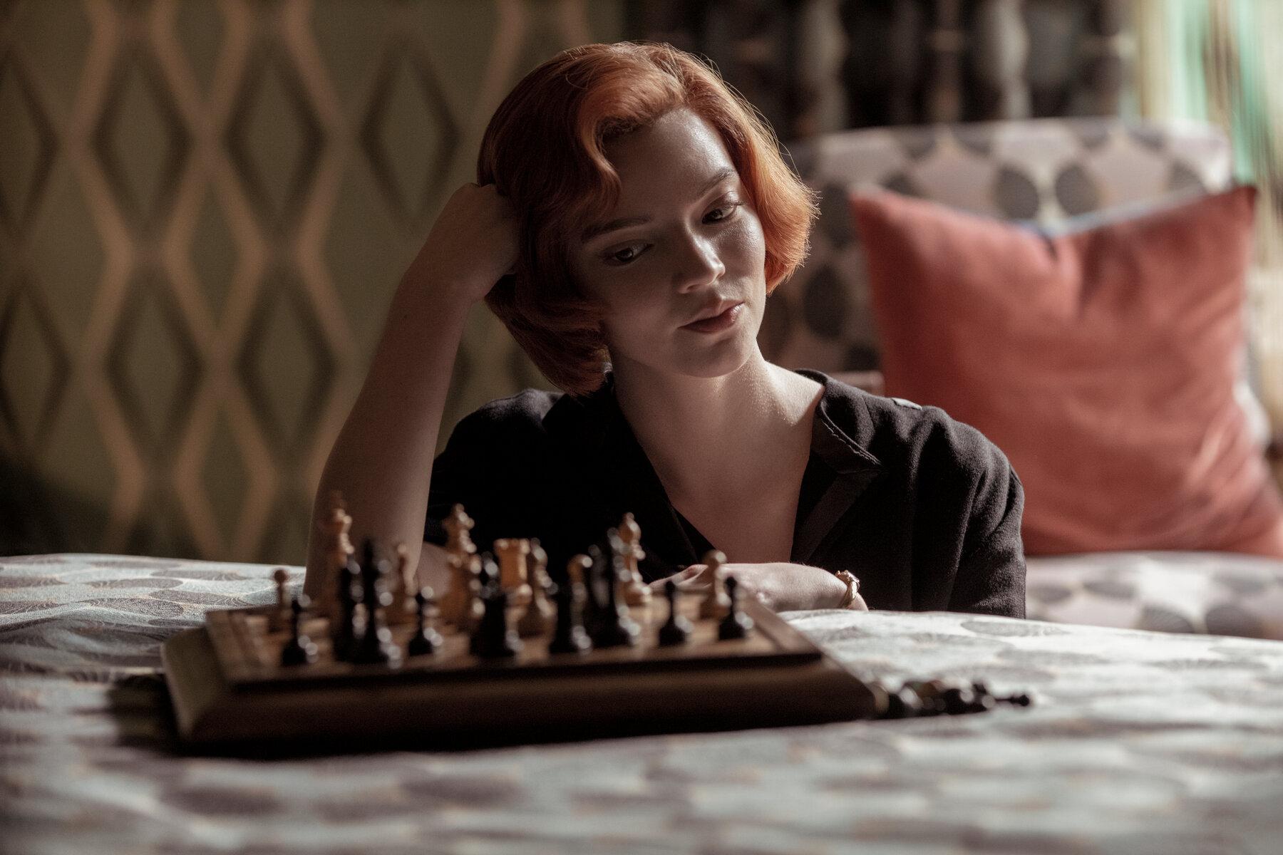 Anya Taylor-Joy juega al ajedrez en Gambito de Dama
