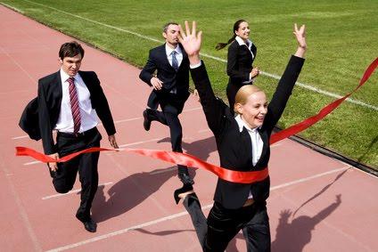 Personas dando los pasos para alcanzar el exito