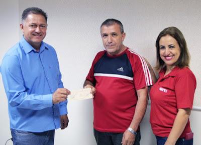 Carlinhos Specian e Iraídes Baptistoni na entrega de cheque da trimestralidade a servidor. Café com Jornalista
