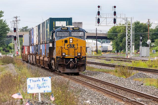 CSXT 3222 leads Q004-29 east at DeWitt Yard