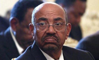 العثور على « 6 ملايين يورو و351 ألف دولار و5 مليارات جنيه سوداني» في منزل الرئيس السوداني السابق عمر البشير