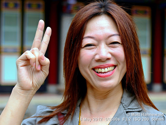 people, street portrait, East Asia, V sign, Taiwanese woman, © Matt Hahnewald, Facing the World, 50 mm prime lens, Taipei, Taiwan