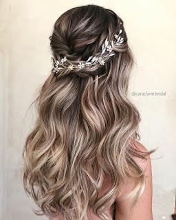 peinado de novia cabello largo con tocado blanco