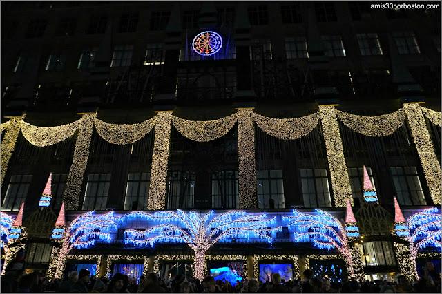 Fachada del Saks Fifth Avenue de Nueva York en Navidad Iluminada