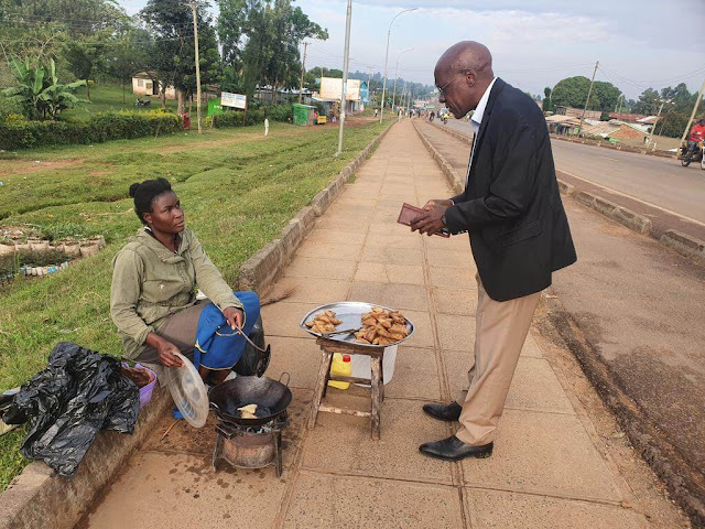 Bonny Khalwale with a Sambusa roadside vendor photos